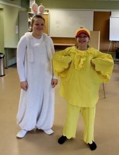 Meediagrupi noored Grete ja Maileen munade värvimise õppepunktis abis olemas